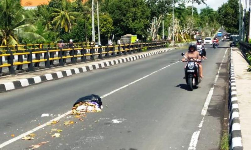 Sampah Berceceran di Jalan Raya, Bahayakan Pengguna Jalan
