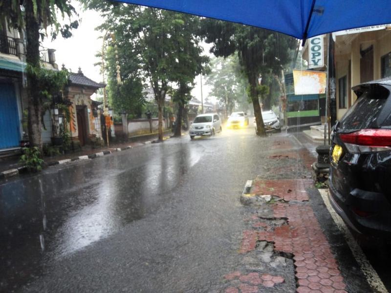 Gorong-gorong Kecil Jalan Kusuma Yuda Tergenang Air  Bali Tribune
