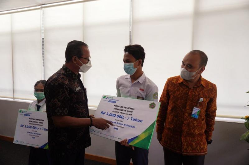 Sekda Gianyar Bersama Bpjs Ketenagakerjaan Serahkan Manfaat Beasiswa Rp 174 Juta Bali Tribune